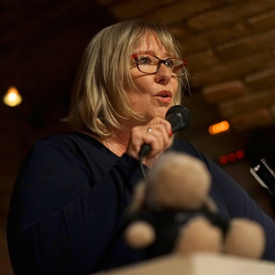 Fenna Williams liest auf der Bühne mit Mikrofon in der Hand aus ihrer Geschichte